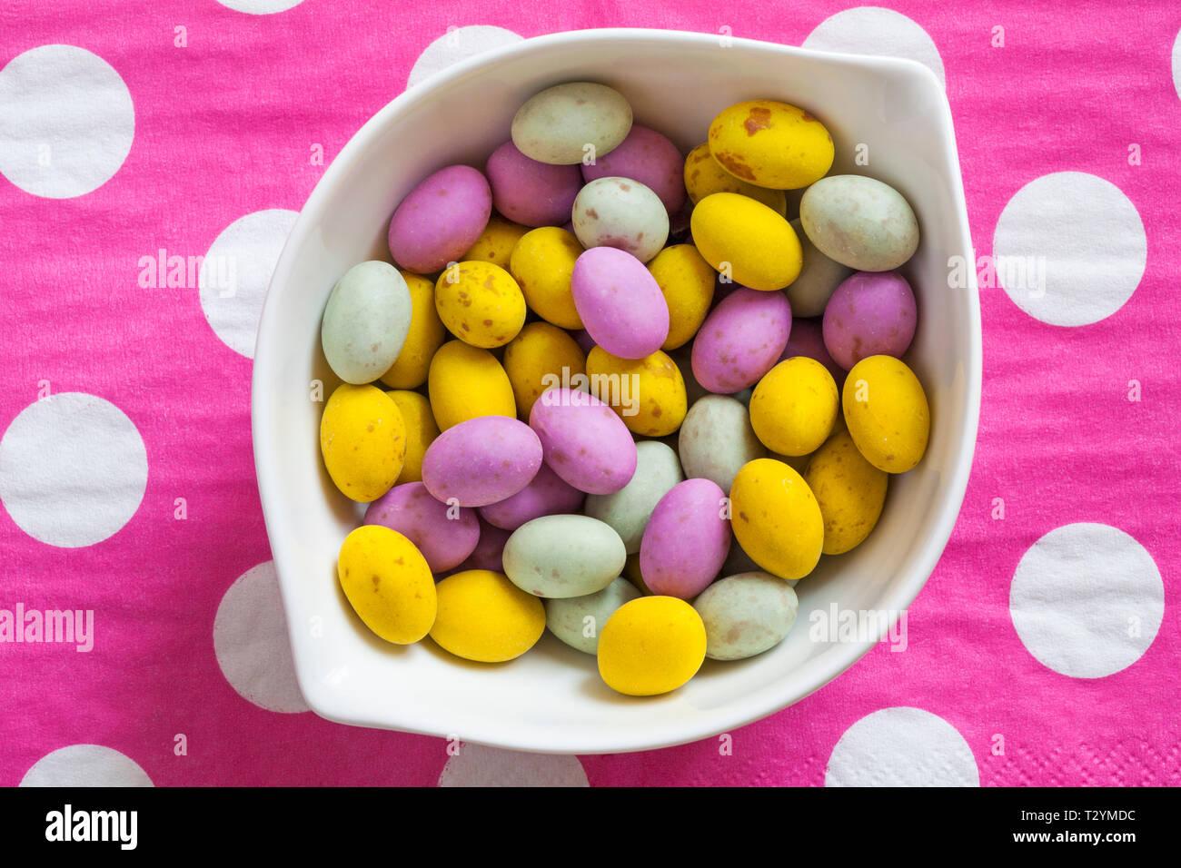 Chiazzato Egglets Nella Ciotola In Rosa E Bianco A Pois Sfondo