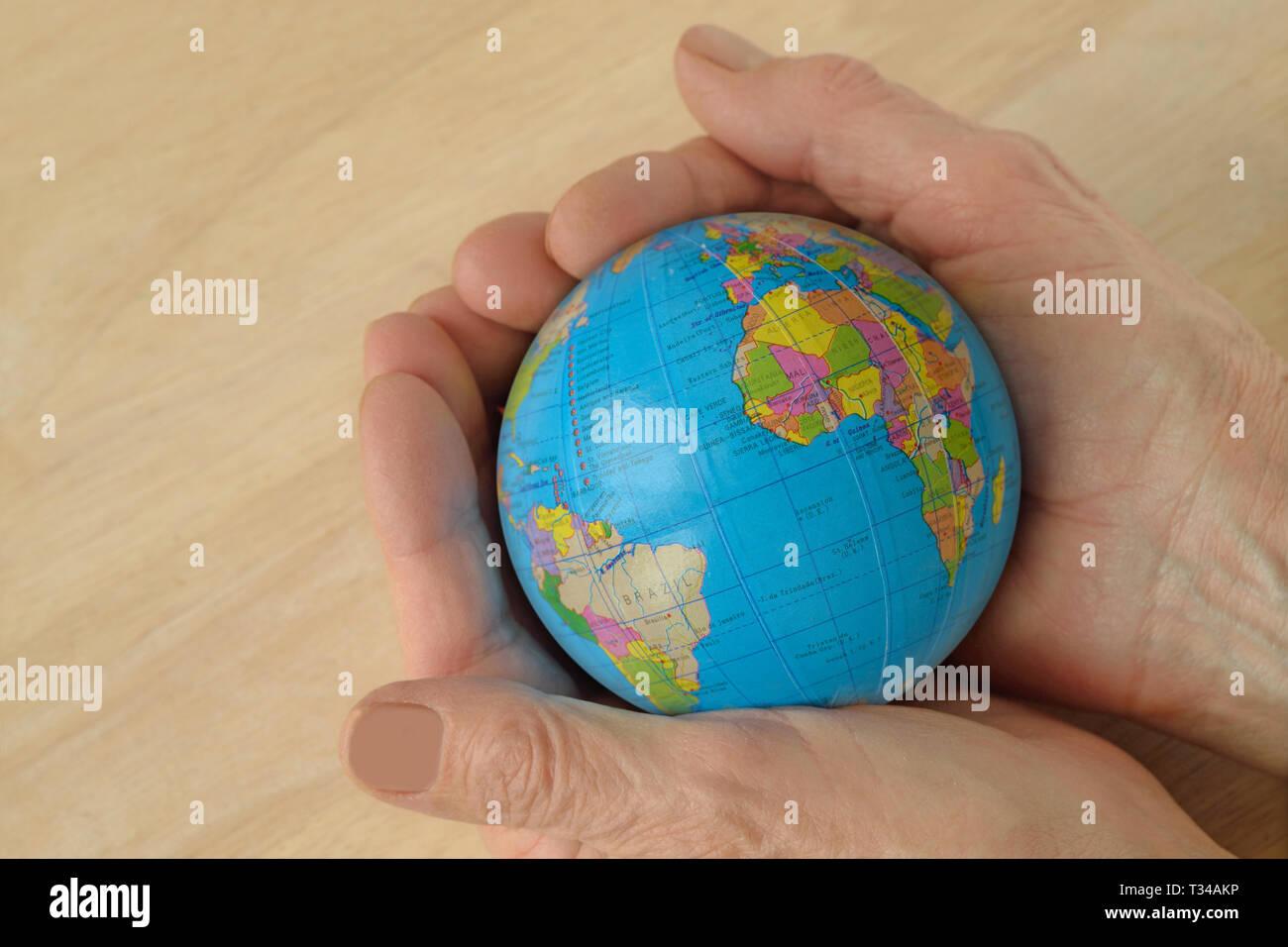 Donna mani tenendo il mondo - Concetto di proteggere e salvare il mondo Immagini Stock