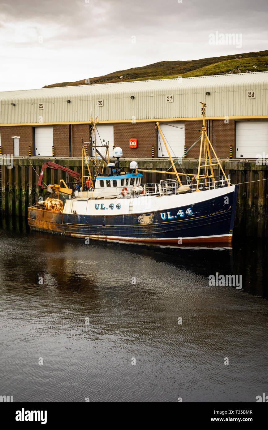 Barche da pesca nel porto di Kinlochbervie nel nord-ovest della Scozia. Foto Stock