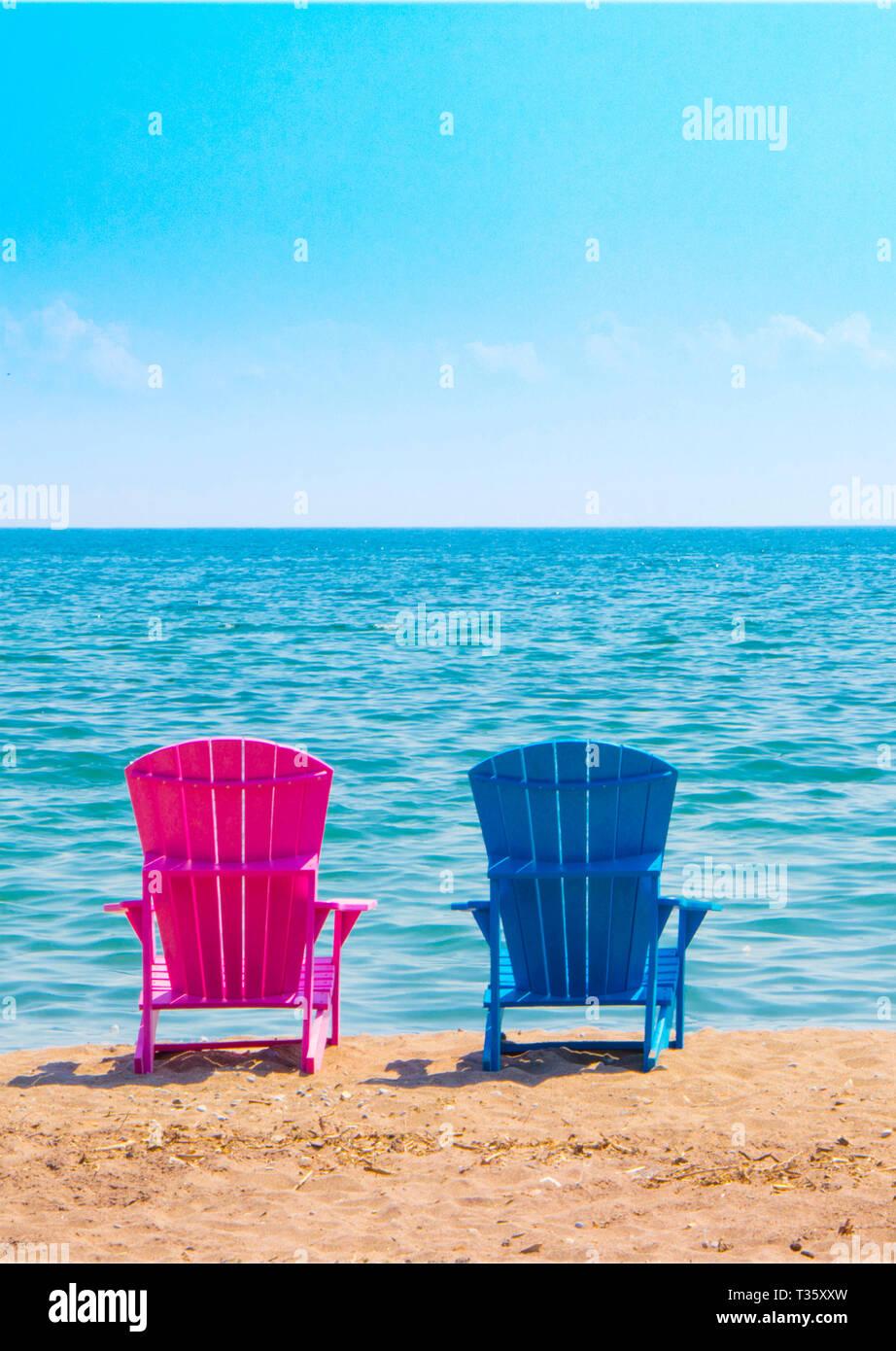 Sedie Da Mare In Plastica.Due In Plastica Sedie Da Spiaggia In Riva Al Mare La Cattura Di