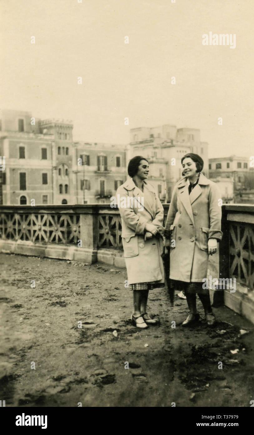 Le donne gemelli vestiti uguali, Italia 1931 Immagini Stock
