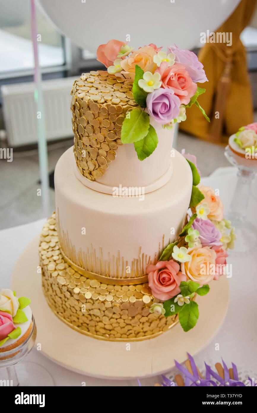 Grande multilivello dolce torta nuziale decorata con fiori. Concetto di  candy bar sulla parte.