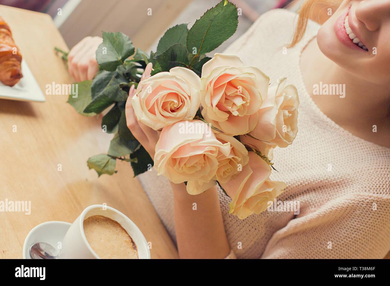 online retailer 452ac 70761 Giovane donna allegra con bouquet di fiori in mani festeggia ...