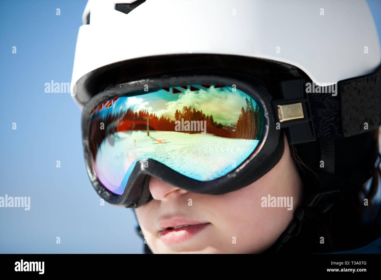 Snowboarder femminile, occhiali da sci con la riflessione Immagini Stock