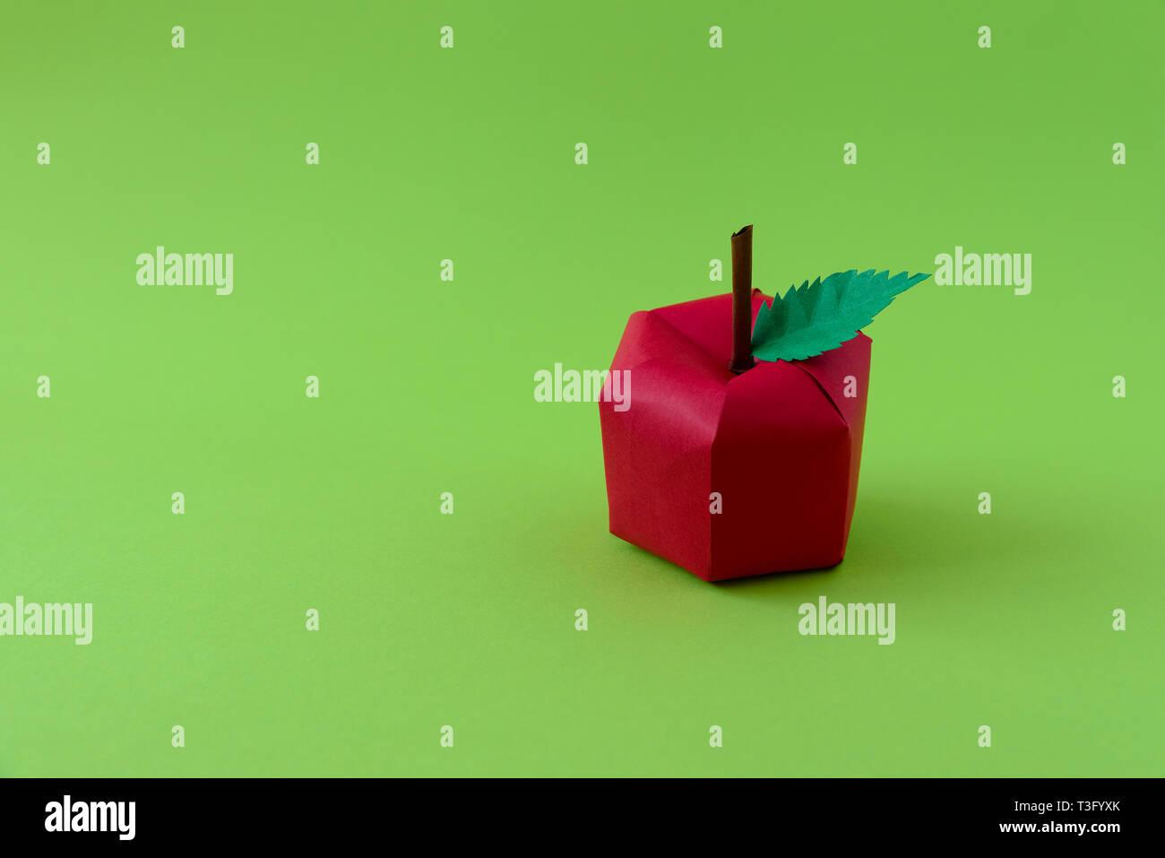 Apple Costituito Da Carta Su Sfondo Verde Frutta Fresca Il Minimo