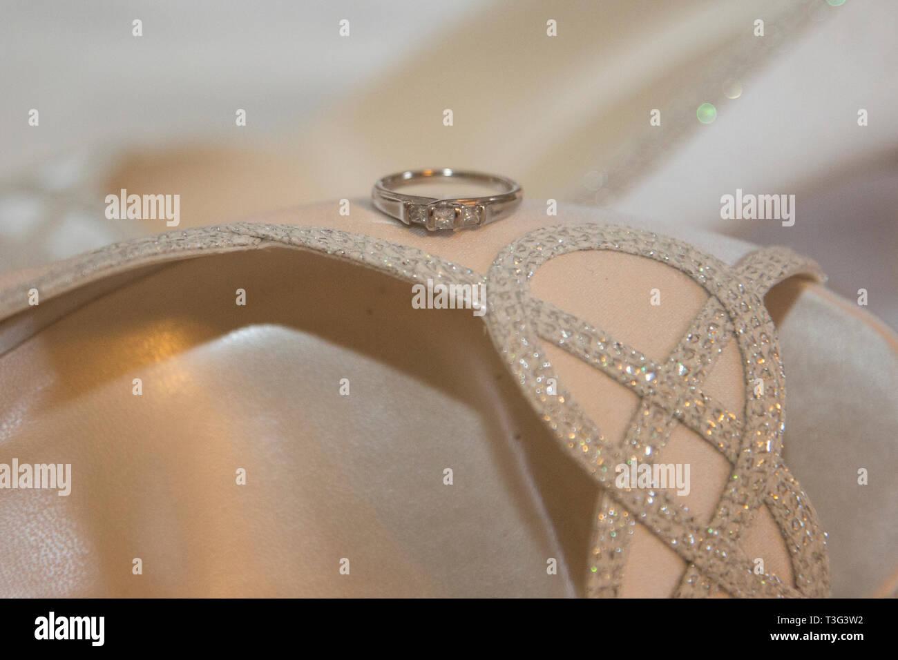 Anello di fidanzamento, close up, seduto su un lato di un spose' scarpa scintillanti sul suo giorno di nozze Immagini Stock
