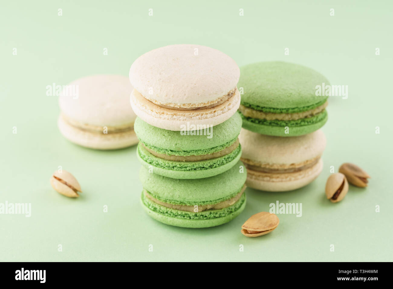 Pila Di Pistacchio Macarons E I Dadi Su Sfondo Verde Foto Immagine