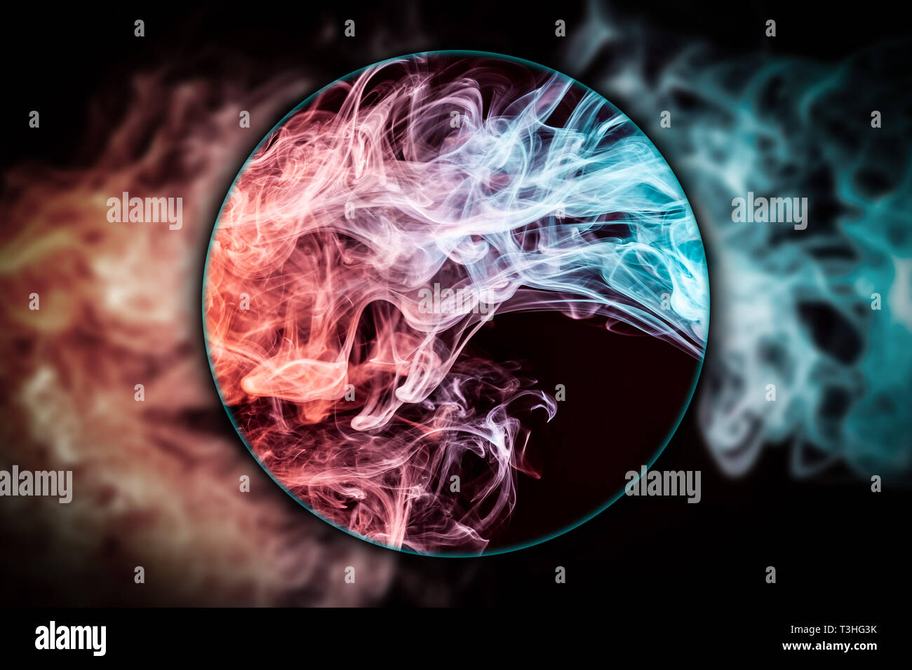 7a8ff56a34 Close-up сloud vorticoso di rosso e blu fumo soffiato sotto una lente di  ingrandimento sul nero sfondo isolato