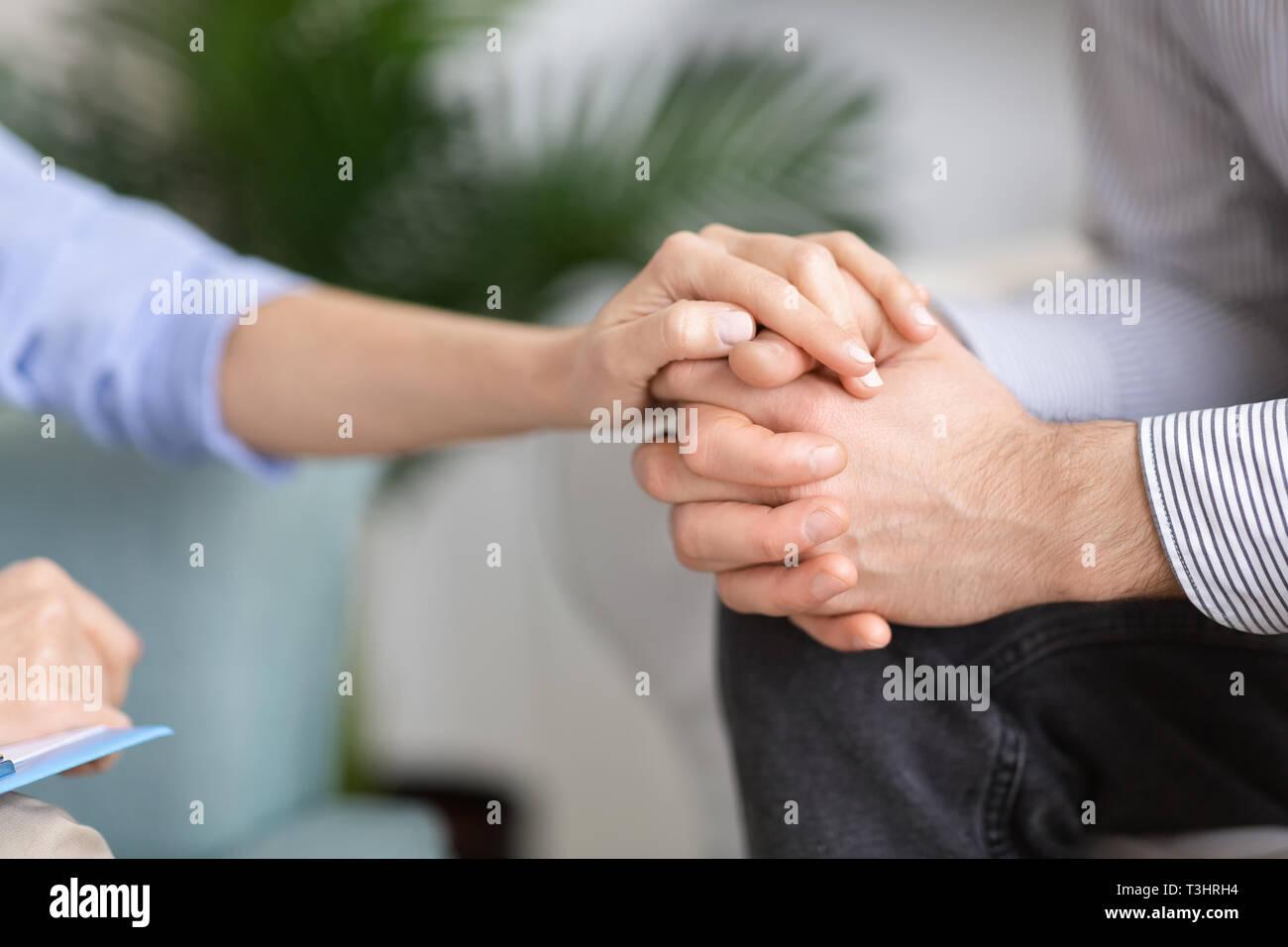Donna Uomo tenendo la mano in gesto di supporto Immagini Stock
