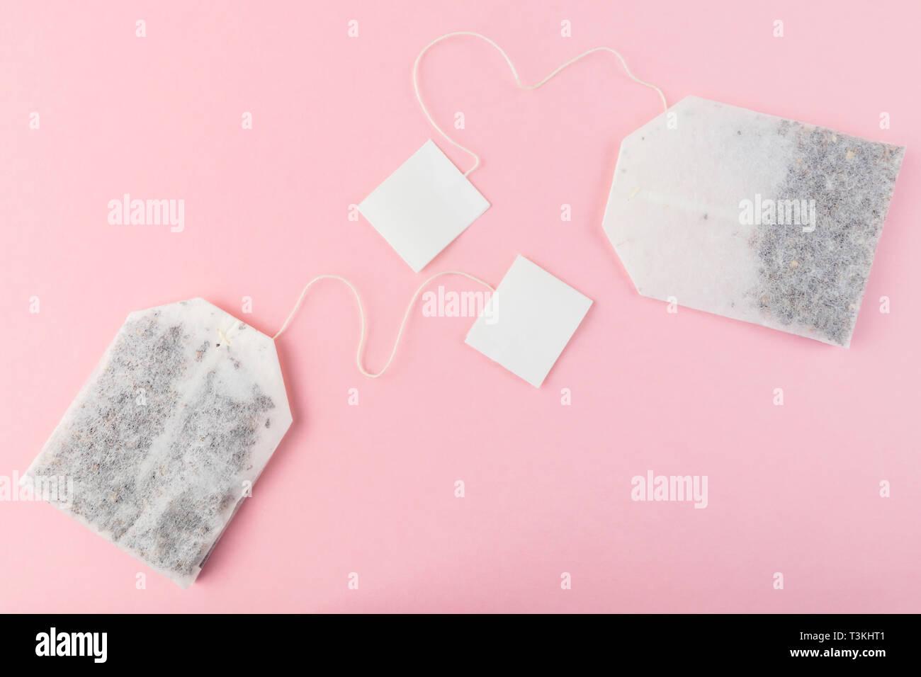 Bustine Di Tè Con Etichette Bianche Su Sfondo Di Colore Rosa