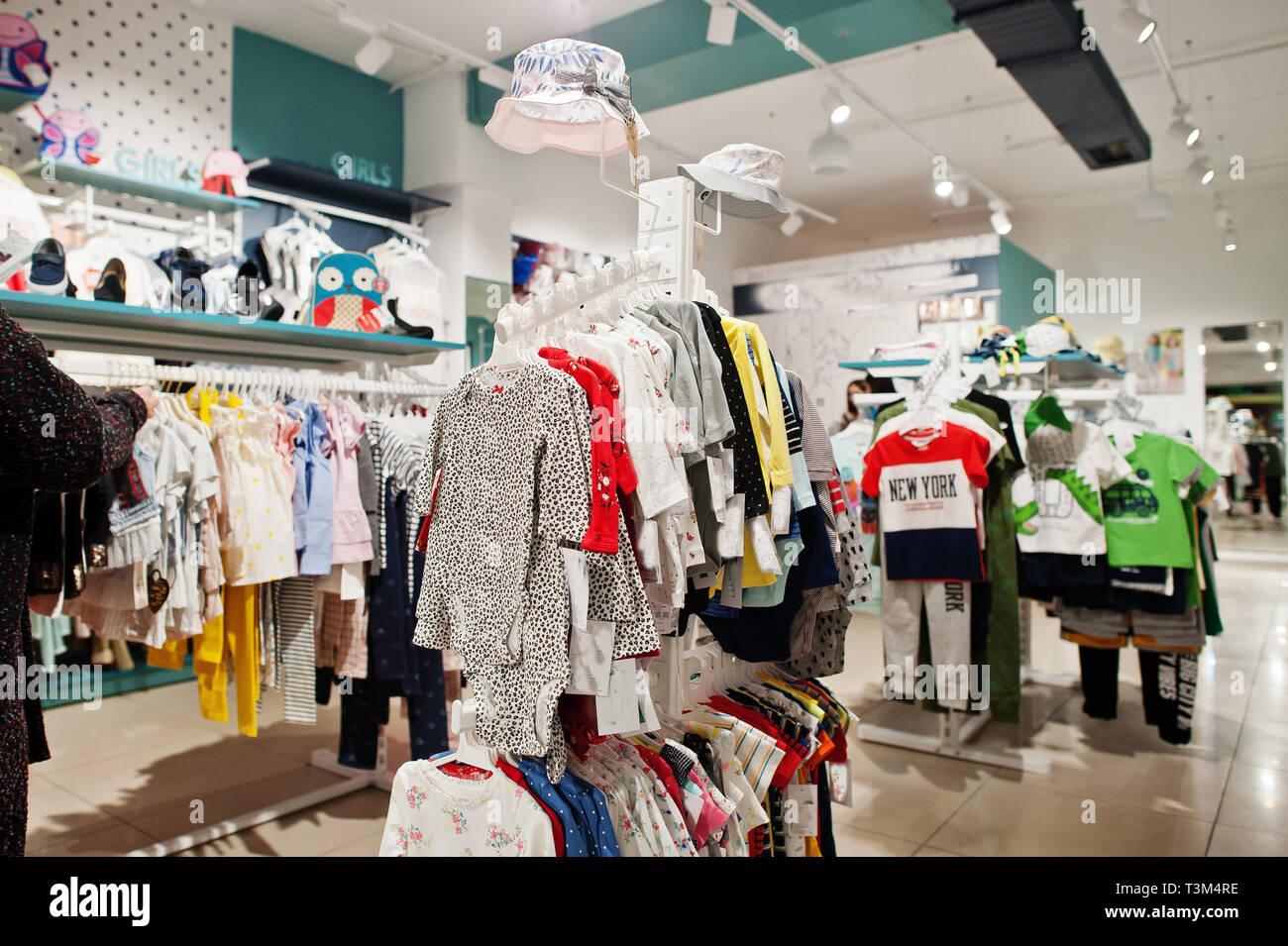 a174242d26feef Per bambini abiti brillante appendere sul display nella baby il negozio di  abbigliamento.