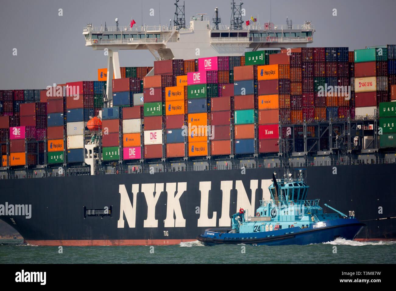 Grande,l'importazione,servizi,spedizioni,agent,porto,Voith Trattore rimorchiatore,escort,pilot,contenitore,nave,Southampton,il terminale,l'Solent,Cina,l'Europa,l'importazione,commercio,occupato Foto Stock