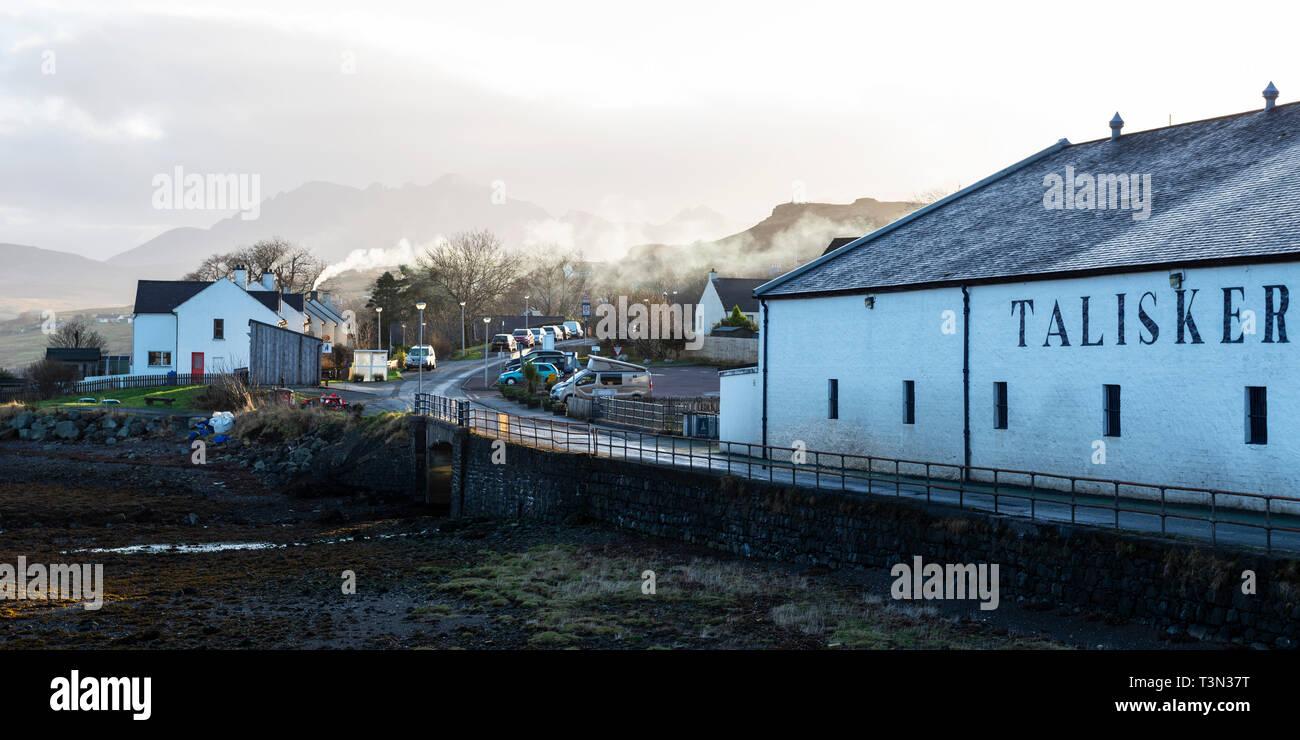 Talisker Distillery a Carbost sul Loch Harport, Isola di Skye, regione delle Highlands, Scotland, Regno Unito Foto Stock