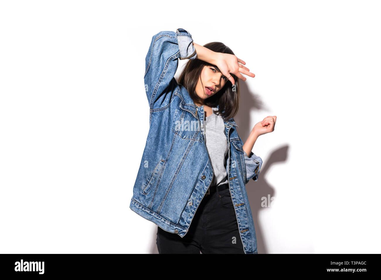 reputable site a45fb 0980c Ritratto di una giovane donna vestita di camicia di jeans in ...