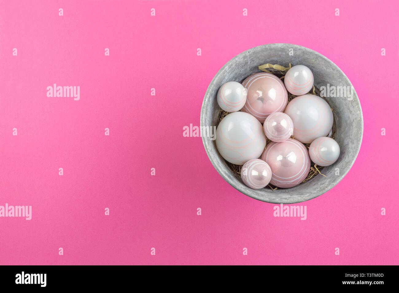 Rosa E Bianco Scintillante Di Uova Di Pasqua In Grigio Di Una Benna