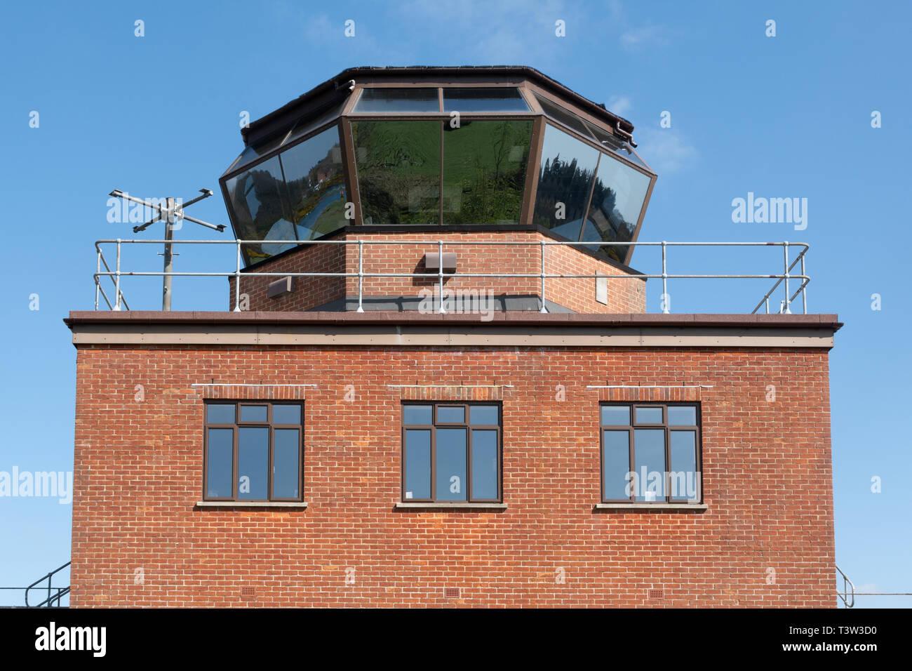 La torre di controllo e la piattaforma di osservazione a Greenham Common vicino a Newbury, Berkshire, Regno Unito, recentemente aperto al pubblico. Immagini Stock