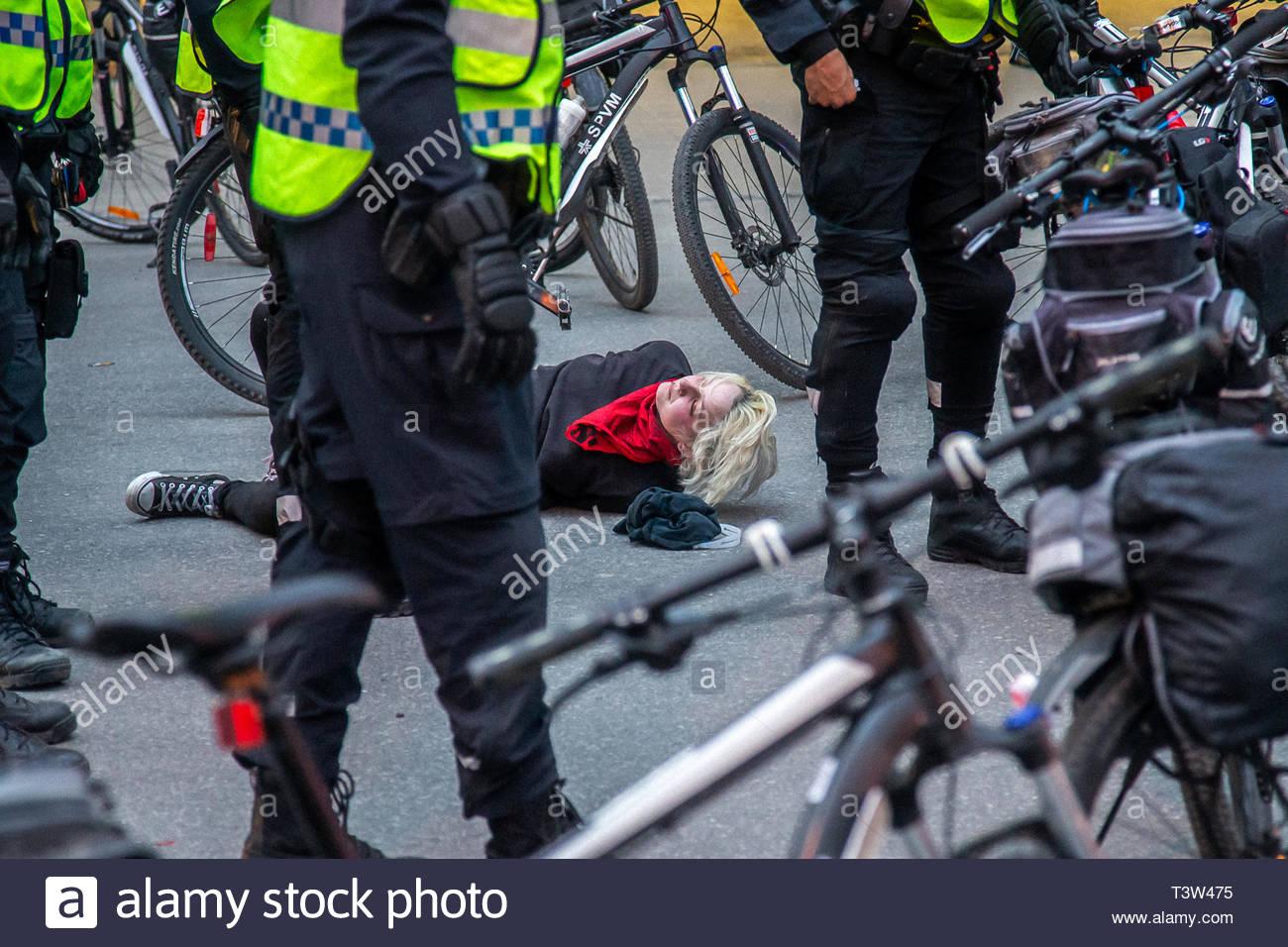 Una ragazza adolescente è arrestato e ammanettato a terra, durante il giorno di maggio la dimostrazione. 2018, 1 maggio, Montreal, Qc, Canada. Une adolescente arrêt est Immagini Stock