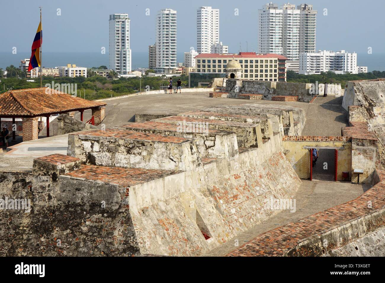 Vista dalla cima del vecchio Fortino San Filippo di fronte al moderno skyline della città di Cartagena, Colombia Immagini Stock