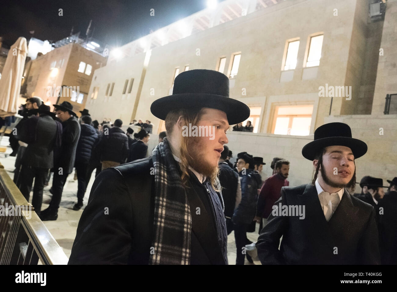 Gli ebrei ortodossi di parlare tra di loro al Muro