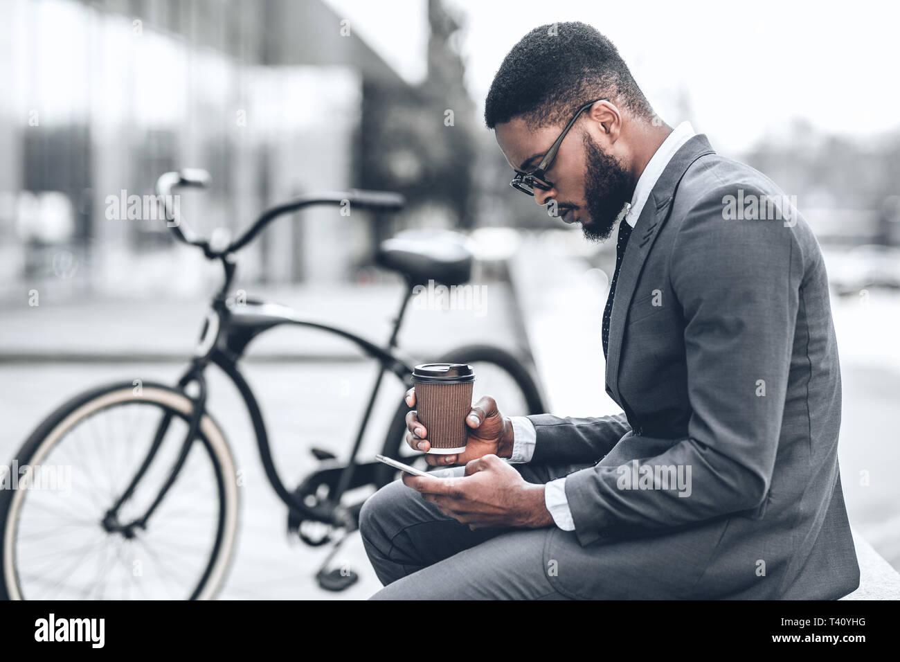 Imprenditore bello navigare in internet durante la pausa caffè Foto Stock