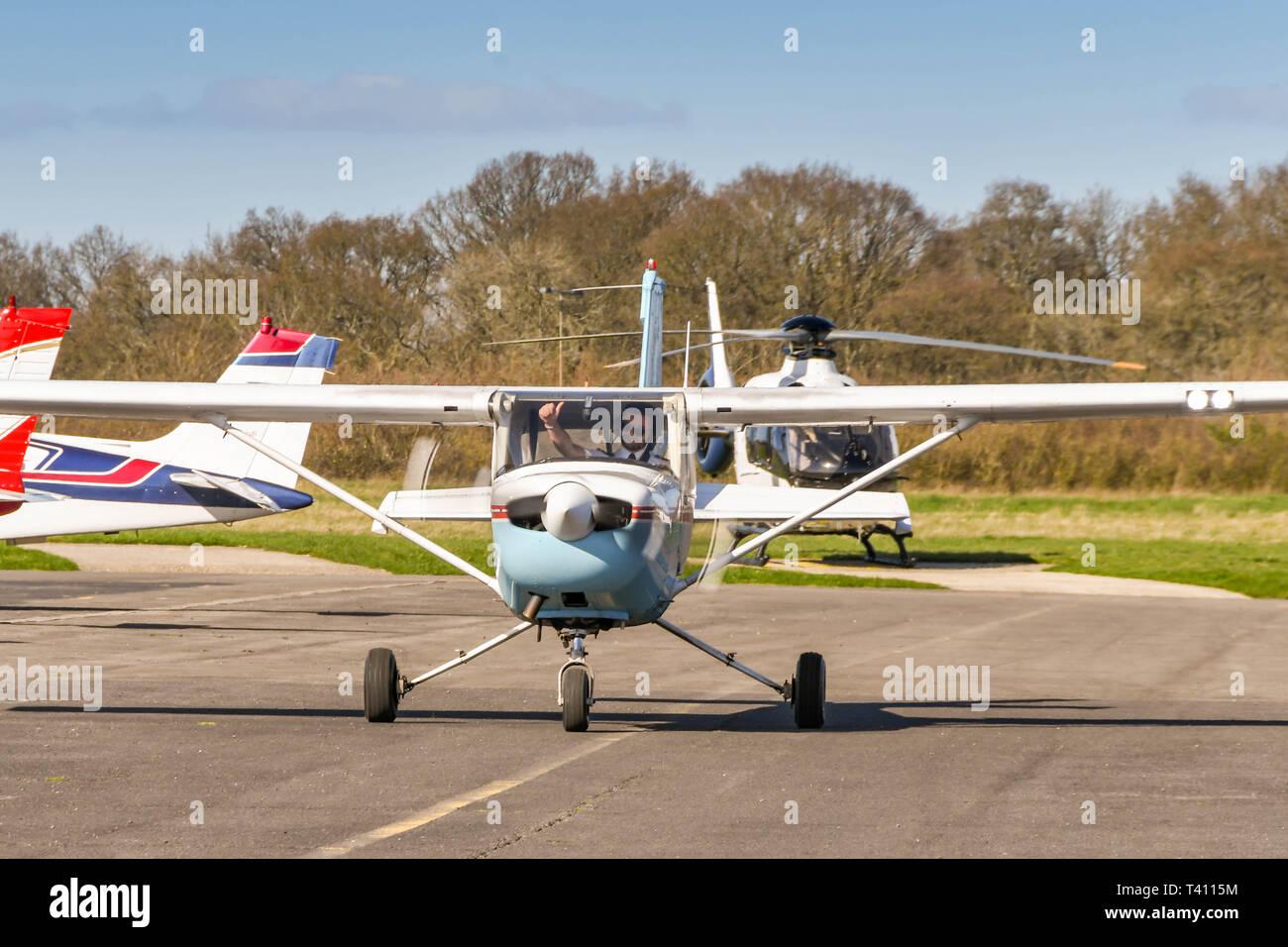 HIGH WYCOMBE, Inghilterra - Marzo 2019: Cessna luce Aerobat trainer aerei con pilota dando un pollice in alto segno a Wycombe Air Park. Foto Stock