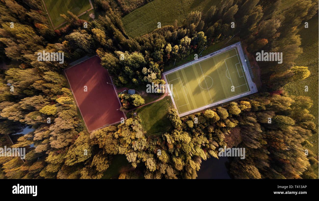 Vista aerea di un impianto sportivo in colori autunnali Immagini Stock