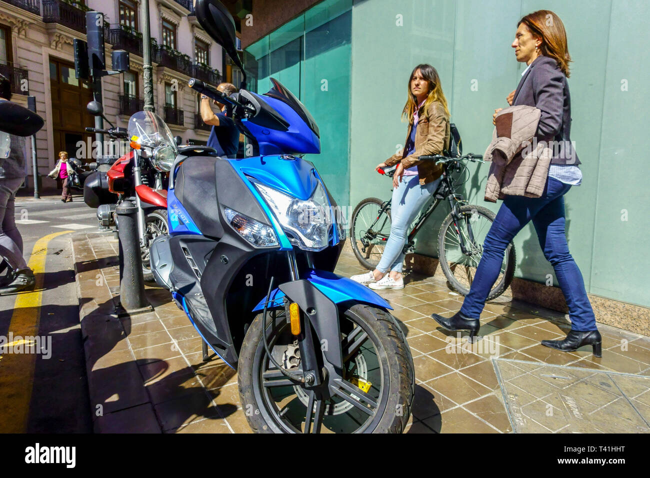 Valencia Street vista scena, vita quotidiana Valencia Spagna Europa Immagini Stock