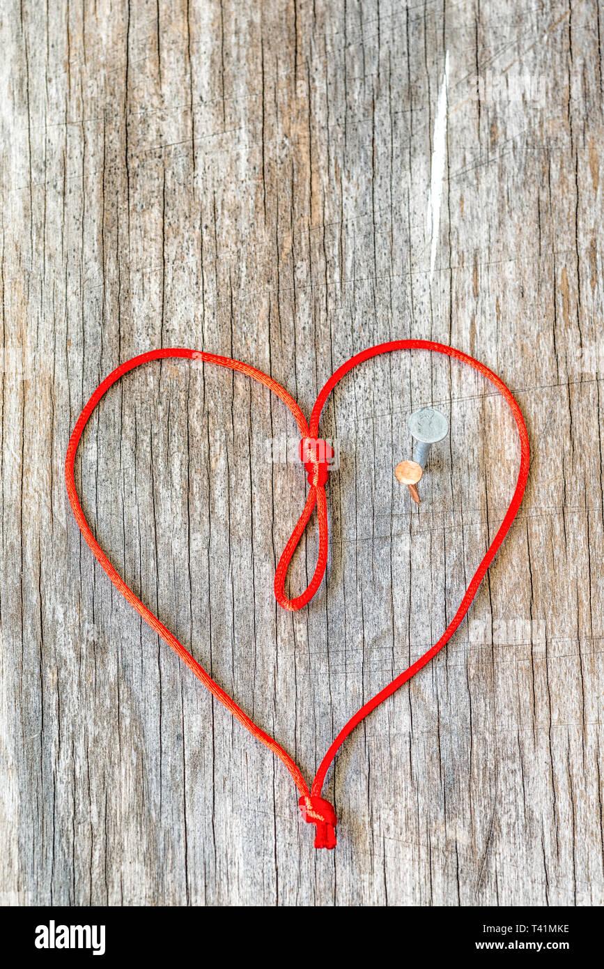Forma di cuore con chiodi metallici. rapporto problema, concetto heartbreak Immagini Stock