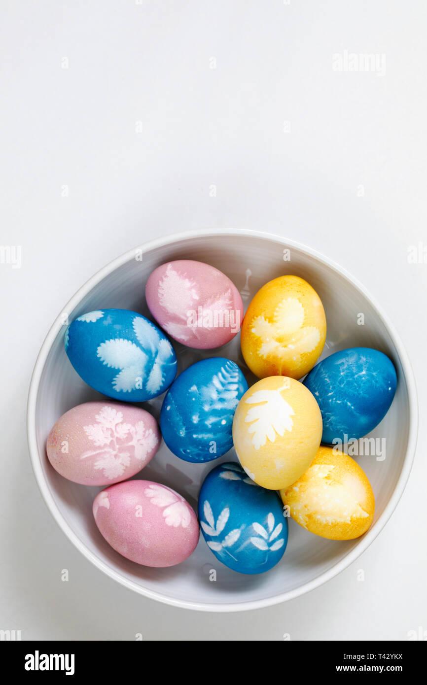 Naturalmente tinti uova di pasqua Immagini Stock