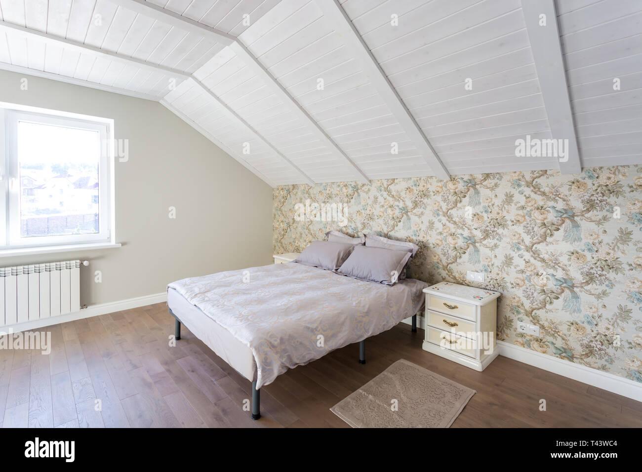 Letto in legno nella parte interna della moderna camera da ...