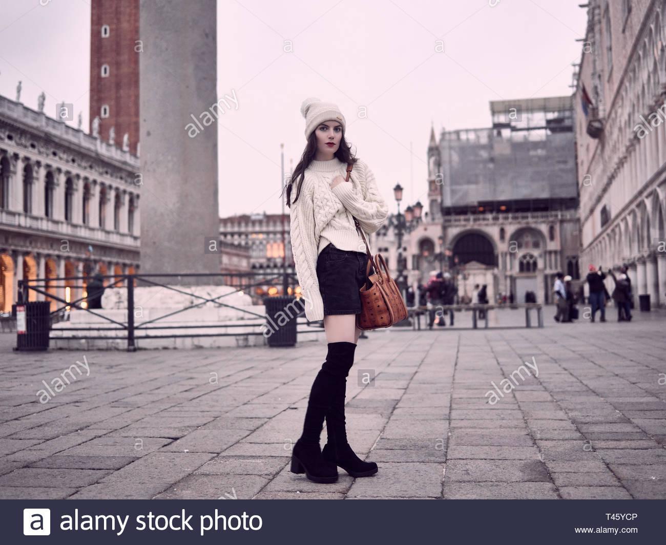 ragazza minigonna e giacca jeans bianchi draiata