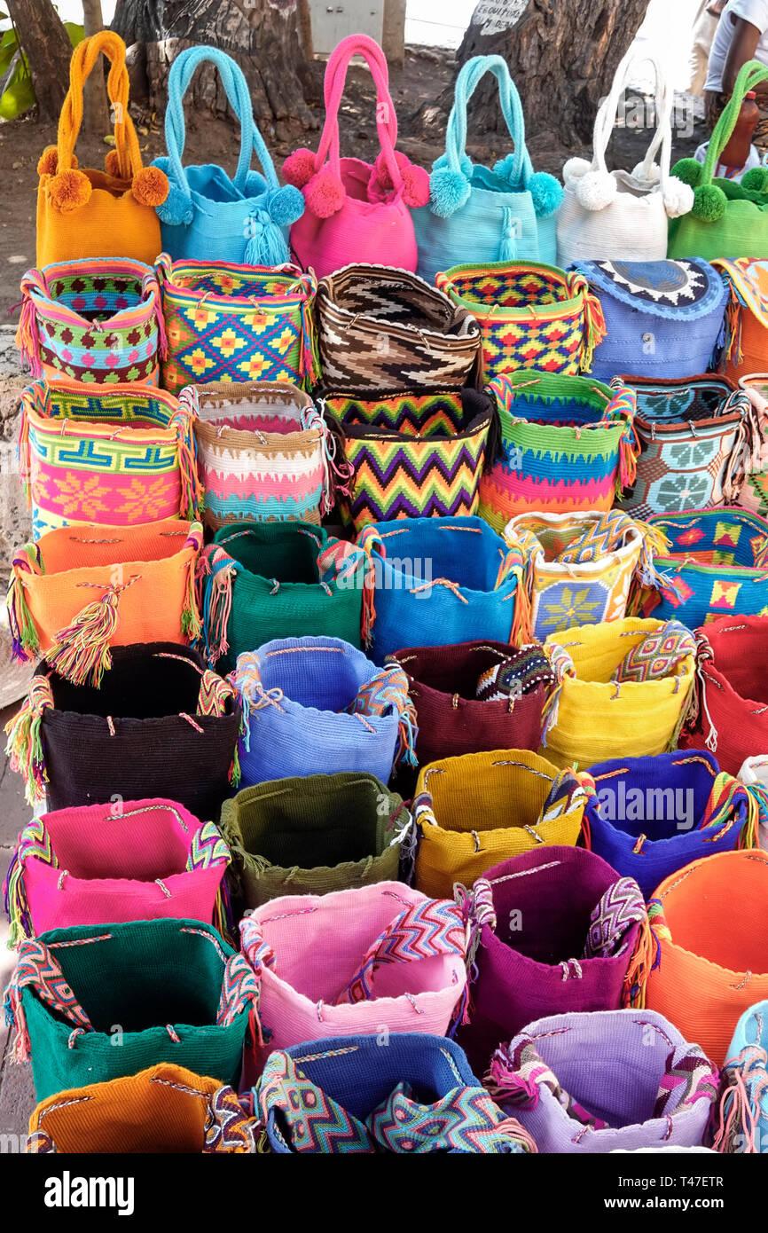 Cartagena Colombia antica città murata centro Centro venditore ambulante di souvenir fatti a mano artigianale mochila Wayuu tessuti tessuti borsette colori luminosi Immagini Stock