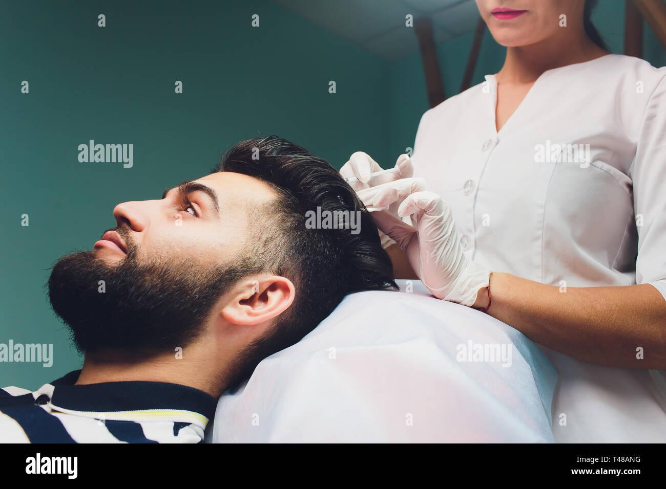 Trattamento della calvizie con iniezioni di bellezza. Mesoterapia. Sollevamento del plasma. Immagini Stock