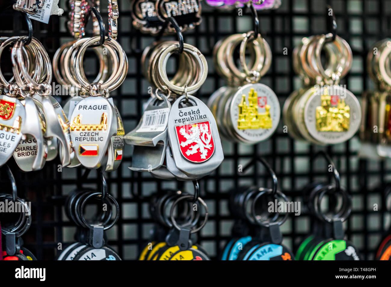 Praga, Czechia - 10APRILE 2019: tradizionale ceco souvenir portachiavi per la vendita in un negozio di souvenir a Praga Immagini Stock