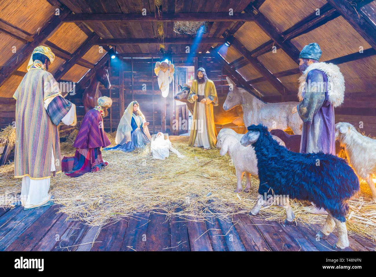 932c10b12318 Bucarest, Romania - 25 dicembre 2017: Natale in scena con tre saggi  presentando doni