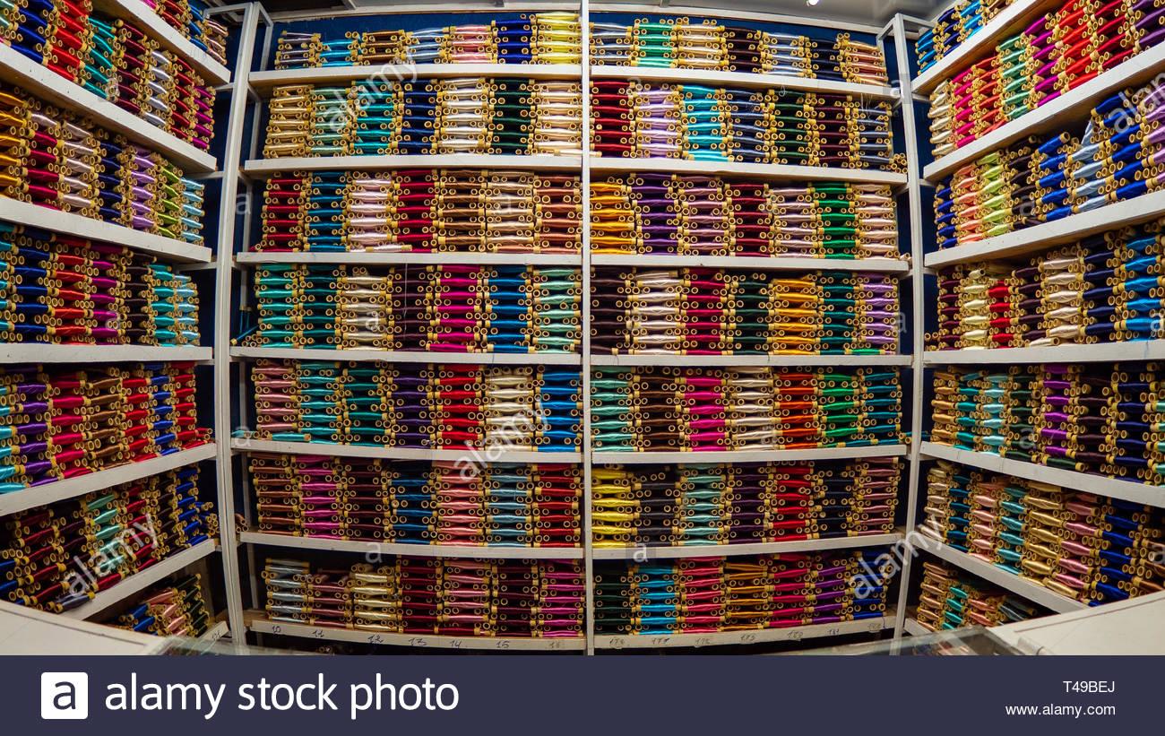 Meknes. Marocco - Ottobre 13, 2018: Meknes merceria. Centinaia di bobine di filato perfettamente esposte in questo vuoto di stallo del mercato. Foto Stock