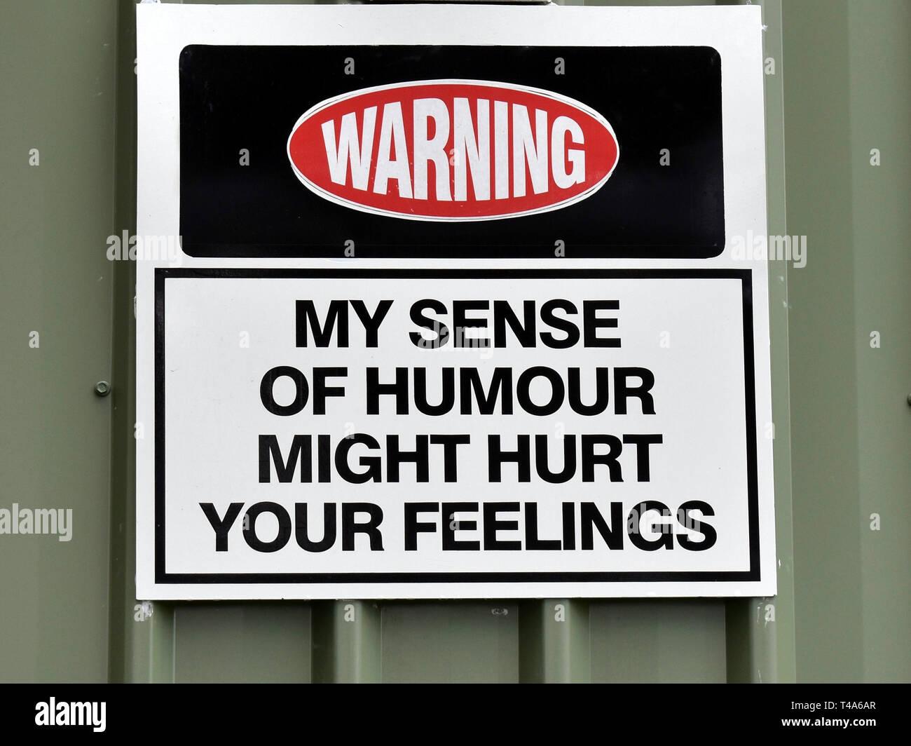 """Un divertente segno attaccato ad un edificio avvertenza 'My senso dell'umorismo potrebbe danneggiare i tuoi sentimenti"""" Immagini Stock"""