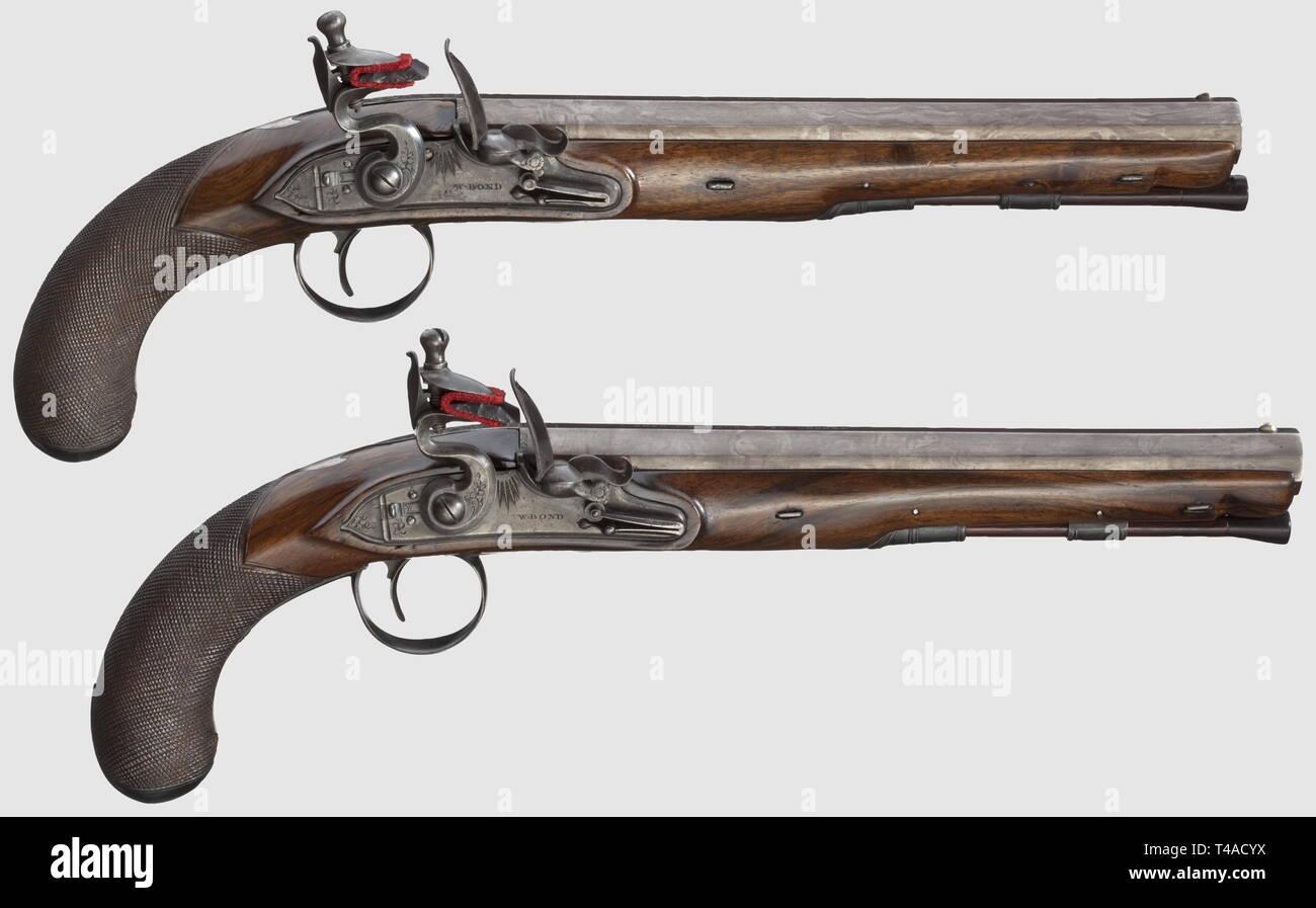 """Una bella coppia rivestita di inglese flintlock pistols, William Bond, Londra, circa 1820. Ottagonale liscia, barili in 14,5 mm calibro, firmato sulla parte superiore. Scarsamente flintlocks inciso con scorrimento di sicurezze e frizzens su rulli. Noce stock completo con arredi in ferro inciso en suite, stemmi in argento con monogramma """"BM'. Ramrods in legno con tromba suggerimenti. Le armi sono professionalmente state rettificate, alcune parti sono state riparate e parti metalliche e barili di nuova brunito. Lunghezza 38,5 cm. In una vecchia scatola in mogano con ottone maniglia di trasporto, la segmentazione , Additional-Rights-Clearance-Info-Not-Available Immagini Stock"""