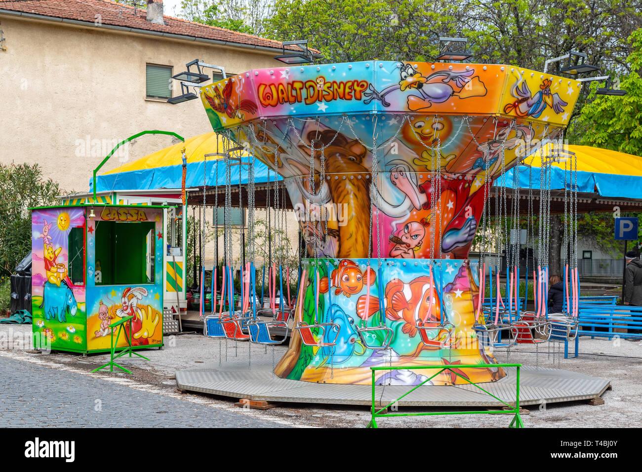 Giostra Merry-Go-Round con sedili sospesi su catene Immagini Stock