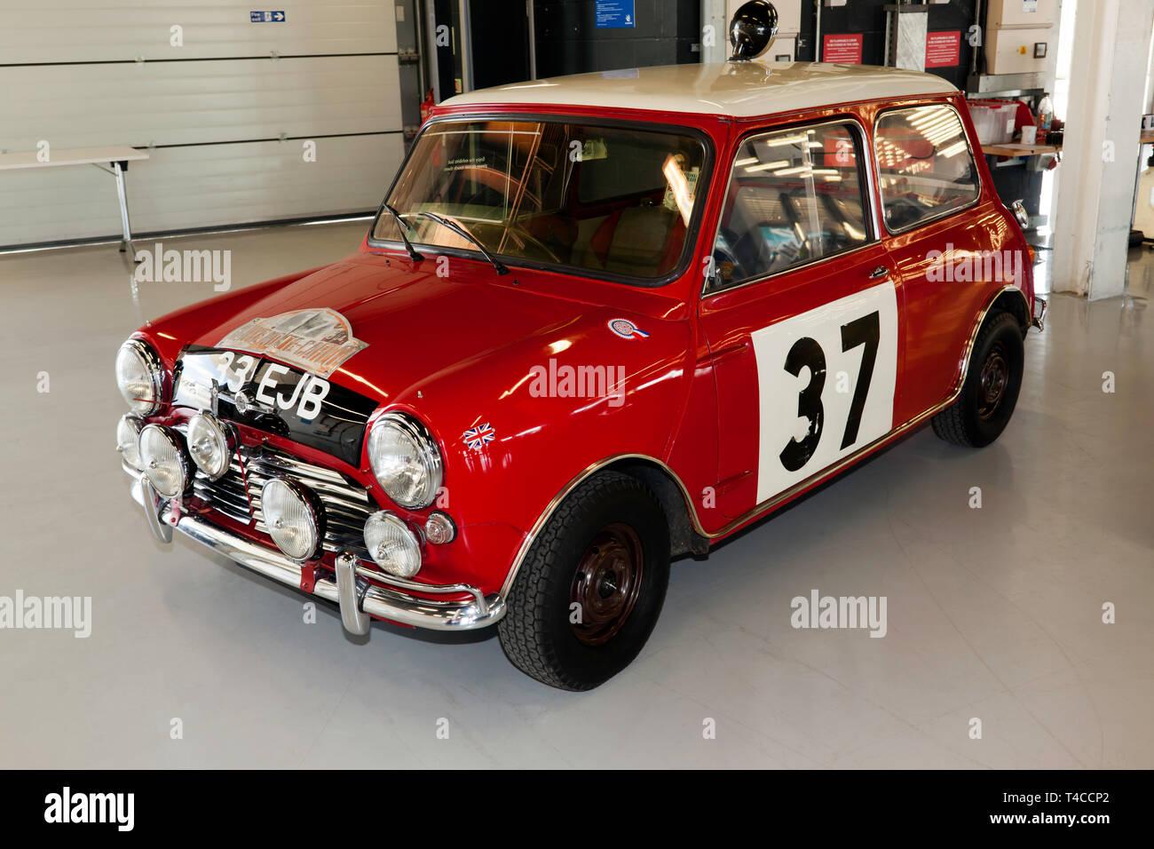 Un 1963 Mini Cooper S pilotato da Paddy Hopkirk MBE preparato da BMC Servizio concorsi che ha vinto vittoria nel 1964 Rally di Monte Carlo Immagini Stock