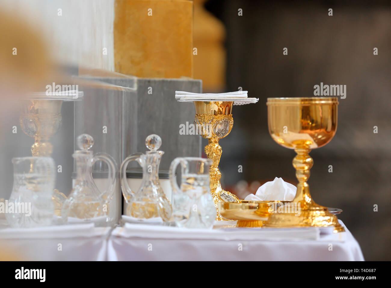 Calici Vino E Acqua calice d oro sull altare e le fiale con vino e acqua prima