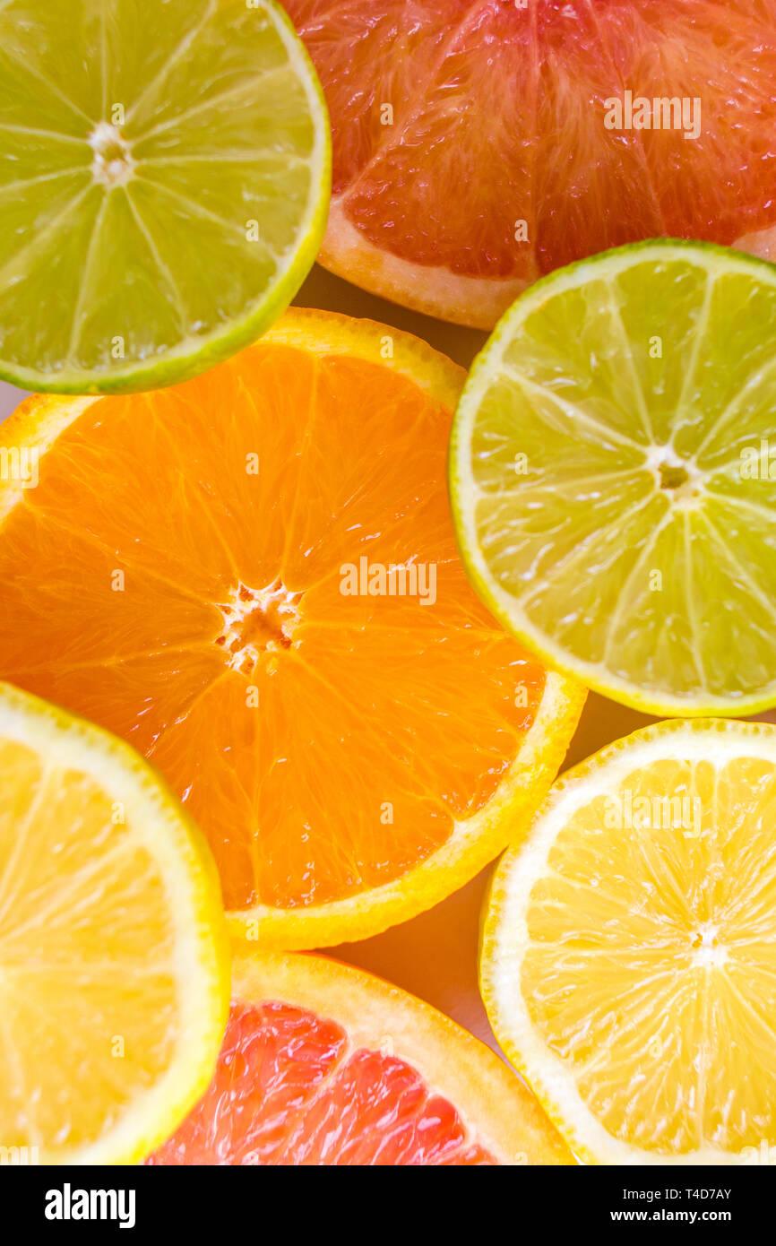 Deliziosi assortiti succose fette di coloratissimi agrumi Immagini Stock