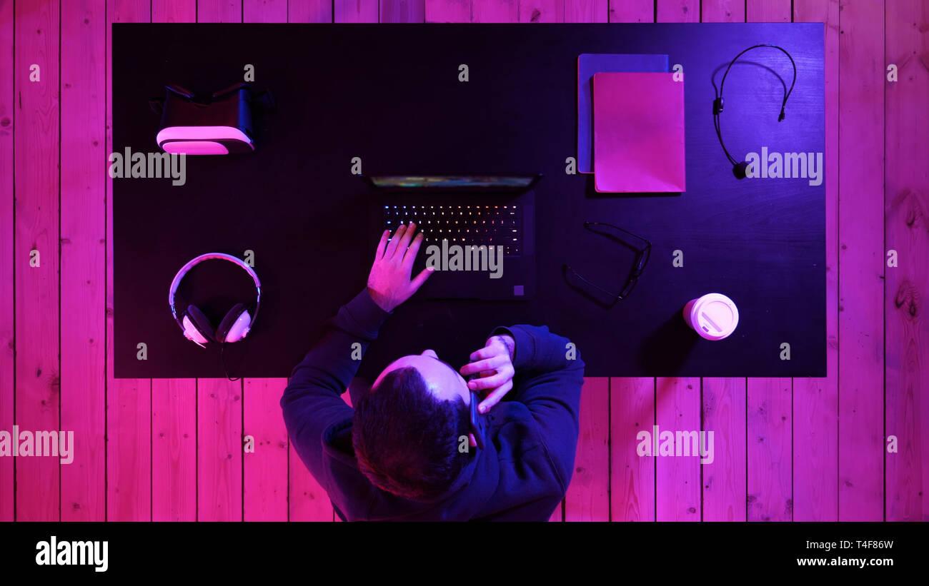 Videogamer di effettuare una chiamata. Immagini Stock