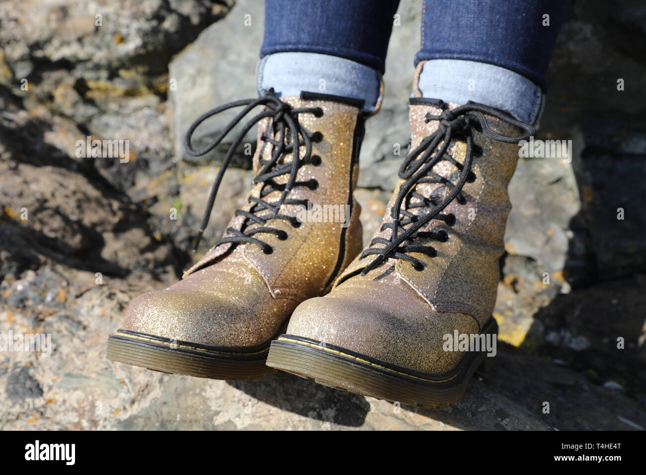 Oro scintillanti Dott. Martens con Jeans Denim Sezione Immagini Stock