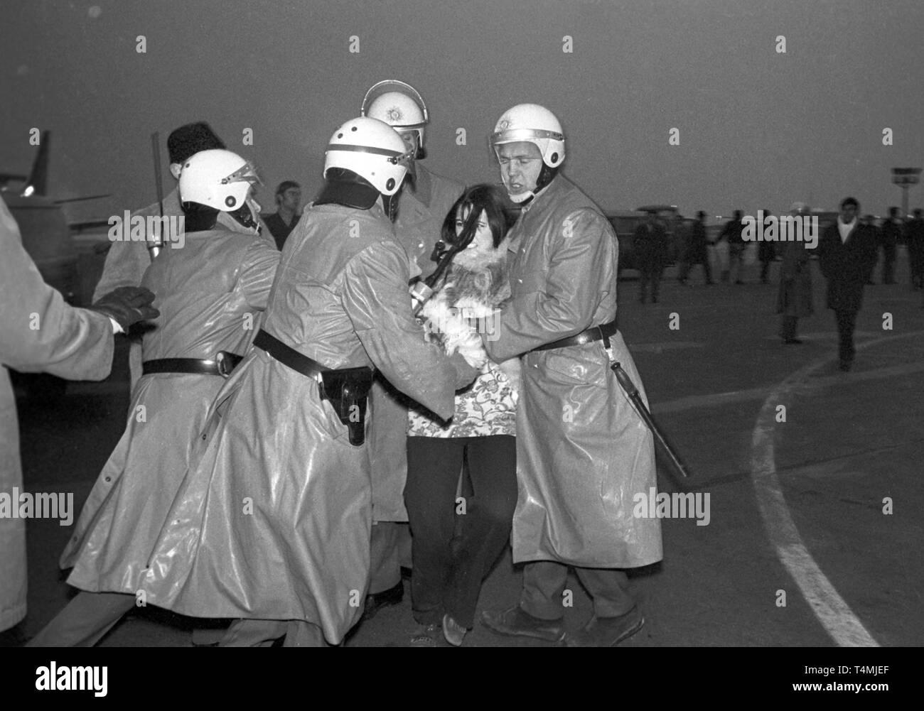 """Spingere Policement adolescenti dall'aeroporto grembiule. Leader studenteschi Daniel Cohn-Bendit e Karl Dietrich Wollf e un più ampio gruppo di adolescenti ha voluto accogliere Black Panther leader """"Big Man' all'aeroporto di Francoforte sul Meno il 13 dicembre 1969. Gli adolescenti che hanno reso al piazzale dell'aeroporto, erano circondate dalla polizia e spinto indietro all'aeroporto edificio, 18 persone sono state temporaneamente arrestato a causa di una rissa. Grande uomo era stato inviato a Parigi nel frattempo a causa di un divieto d'ingresso.   Utilizzo di tutto il mondo Foto Stock"""
