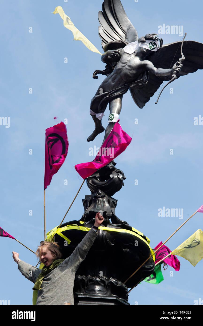 Londra 15 Aprile 2019. Estinzione della ribellione protesta alla domanda di azione sul cambiamento climatico. Piccadilly Circus. Statua di Eros con benda e bandiere. Immagini Stock