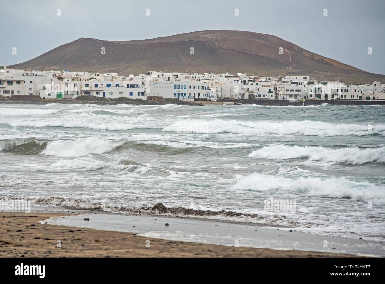Un giorno di tempesta a Caleta de Famara, sull'isola di Lanzarote, un famoso punto surf Immagini Stock