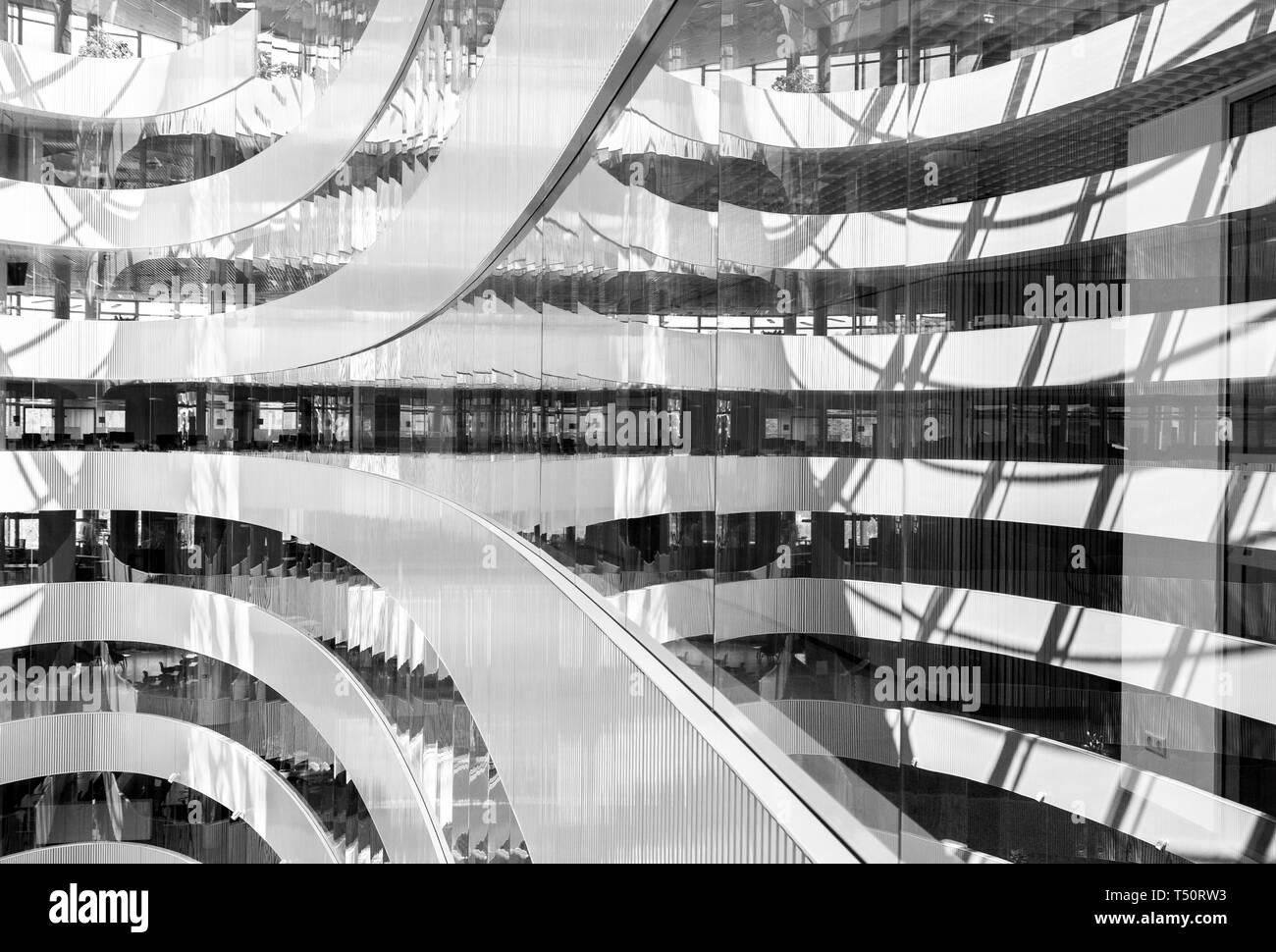 Immagine in bianco e nero di astratta interno del moderno centro business, geometrica di linee e forme sullo sfondo Immagini Stock