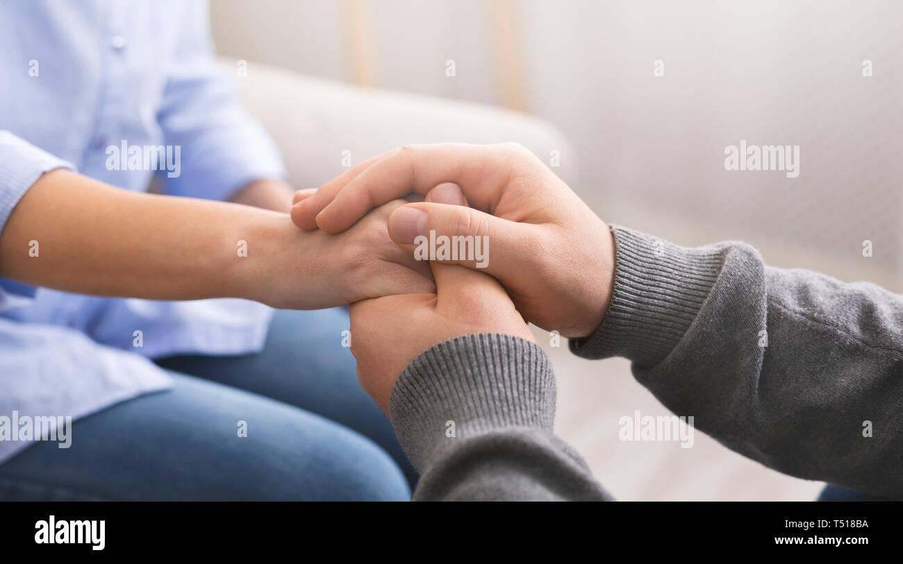 Psicologo consolante il suo paziente, rendendo il gesto di supporto Immagini Stock