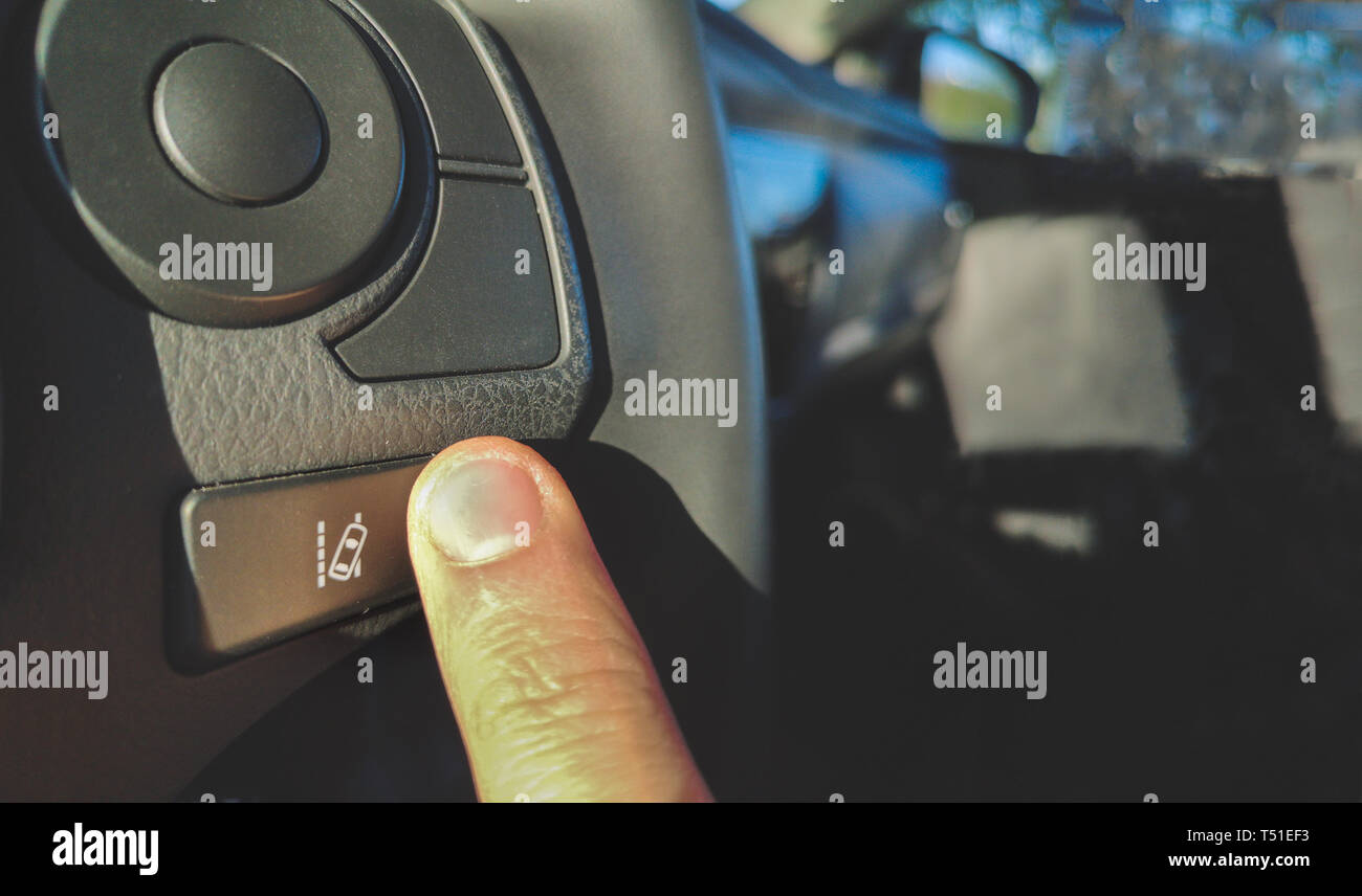 Cambiamento di corsia assist sistema pulsante sul volante della vettura Immagini Stock